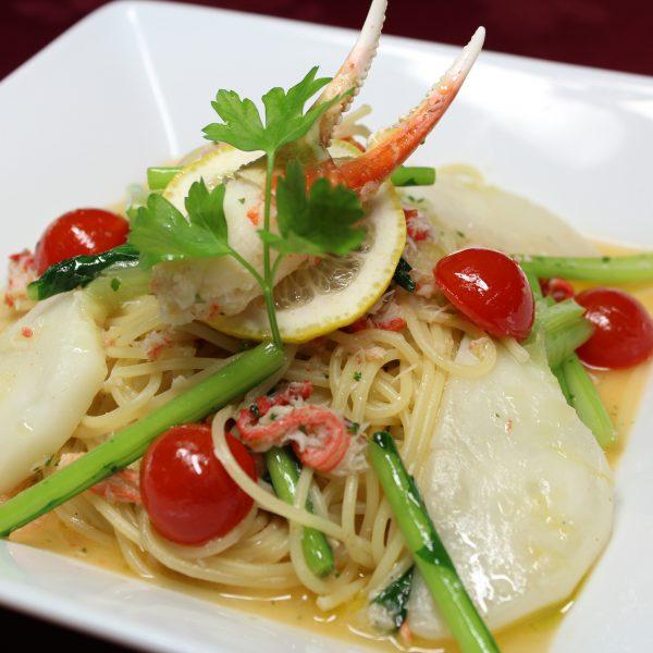 ズワイガニと季節野菜の塩レモン風味のパスタ